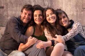 O Pai (Roberto Birindelli), a Mãe (Fernanda Carvalho Leite), Nina (Duda Meneghetti) e sua irmã mais velha, Lu (Martha Brito).