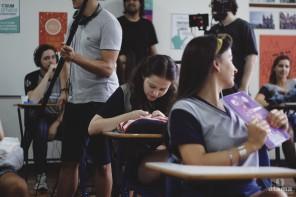 Nina (Duda Meneghetti) entre os colegas em cena gravada em uma sala de aula do Colégio Espirito Santo, em Canoas/RS