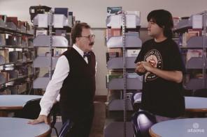 O ator João França, que interpreta o Diretor Nelson, conversa com o diretor Felipe Iesbick