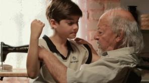 Vinci (Lucca Rocha) com seu avô, Teobaldo (Milton Mattos).