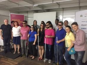 Rogério Rodrigues (Atama Filmes), Letícia Schwartz (Mil Palavras) e parte do público, tiraram fotos ao final da exibição da minissérie.