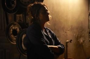 A atriz Pitti Sgarbi (Rocão) na Borracharia do Rocão - força com feminilidade.