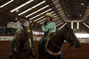 Miguel Coelho (Leo) e Jacqueline Cotini (Cris) na arena do Rancho Quarto de Milha.