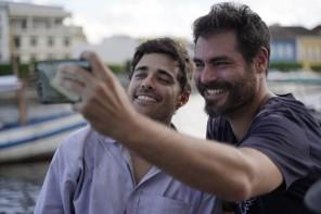 """Os atores Miguel Coelho e Thiago Lacerda tiram selfie, comemorando o final das gravações de """"Além de Nós""""."""