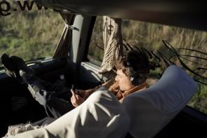 O ator Miguel Coelho, relaxando no ônibus da equipe, em um dos muitos deslocamentos da viagem.