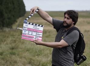 O assistente de direção, Leonardo Peixoto, batendo claquete e dando início a gravação de uma cena.